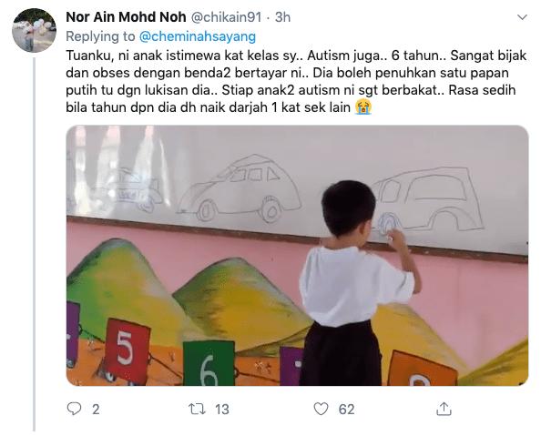 anak autisme melukis di papan putih