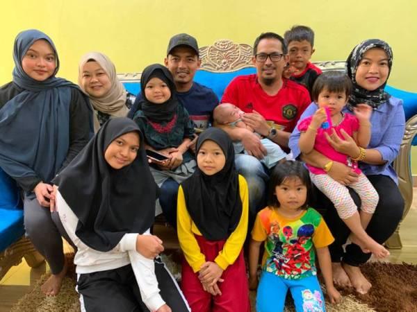 Naura bersama kedua ibu bapa dan keluarganya.