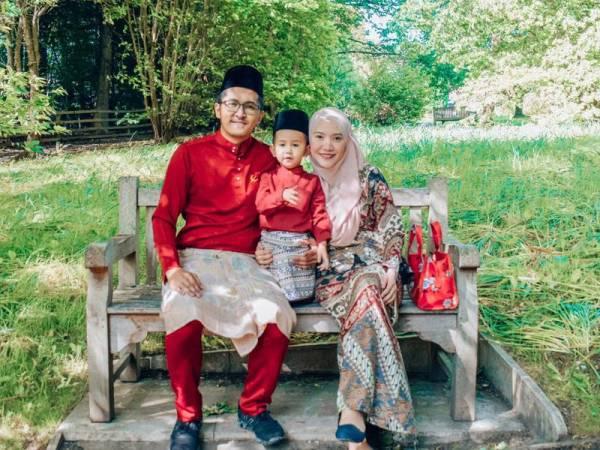 Nur Anira (kanan) bersama suaminya, Mohd Hilmy dan anak tunggalnya, Muhammad Haryz.