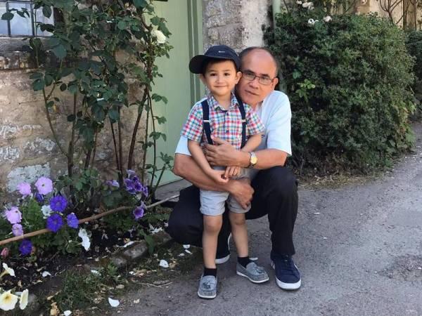 Muhammad Haryz bersama datuknya, Prof Dr Hashim Saim.