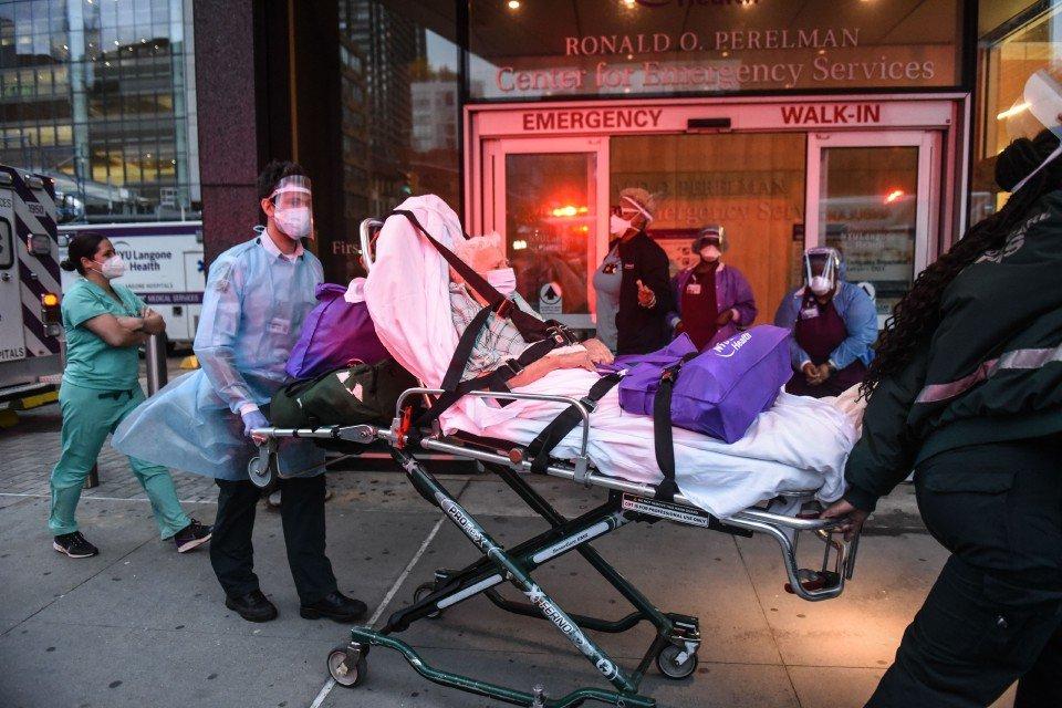 Seorang lelaki dibawa ke Hospital NYU Langone, New York City untuk diberikan r4w4tan. Amerika Syarikat mencatatkan lebih daripada 2,000 kem4tian akibat wabak COVID-19 dalam tempoh 24 jam untuk hari ketiga berturut-turut. - Foto AFP